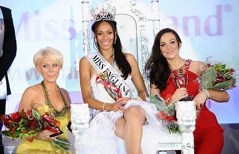 Вики Бейли заняла третье место (слева), победительница Рэйчел Кристи в центре, Катрина Ходж заняла второе место (справа)