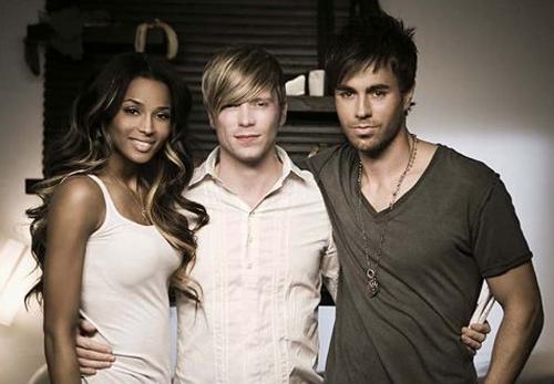 Рэй Кэй (в центре) с певицей Сиарой и Энрике Иглесиасом