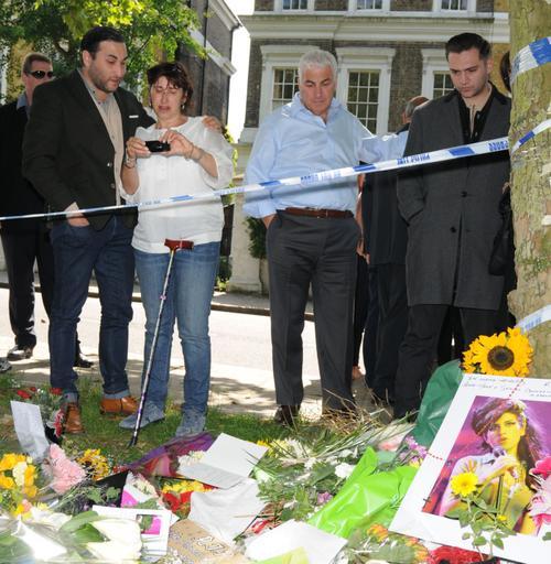 Рег Трэвисс (справа) с родителями Эми Уайнхаус