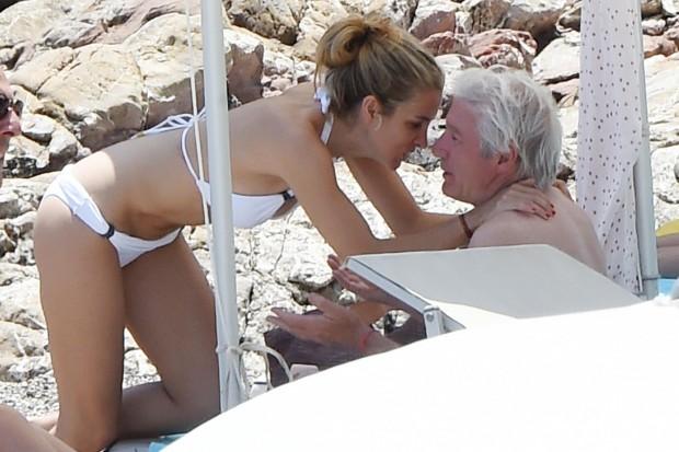 Ричард Гир с девушкой