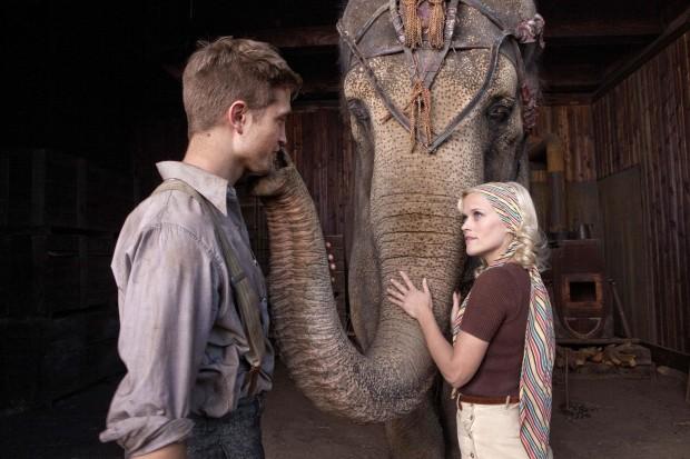 "Риз обнимает слона - кадр из фильма ""Воду слонам!"""