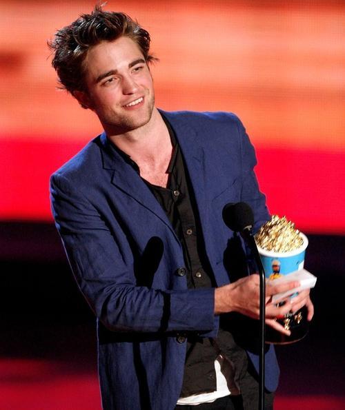 """Роберт Паттинсон победил в номинации """"Лучший актер-новичек"""" на вручении премий MTV Movie Awards 2009 и заслужено получил свой """"золотой поп-корн"""""""