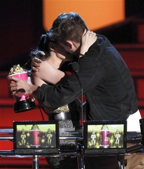 Роберт Паттинсон и Кристен Стюарт на вручении премий MTV Movie Awards 2010