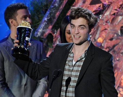 Роберт Паттинсон на вручении премий MTV Movie Awards 2011