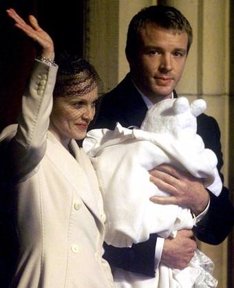 Мадонна и Гай Ричи с сыном Рокко в 2000 году