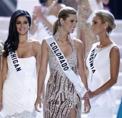Саманта Эвелин Кейси из Вирджинии (слева), занявшая второе место на конкурсе «Мисс США 2010»