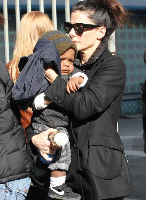 Сандра Баллок с приемным сыном Луи