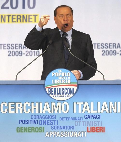 """А еще несколько минут назад Сильвио Берлускони вдохновенно выступал на митинге правящей партии """"Народ Свободы"""""""