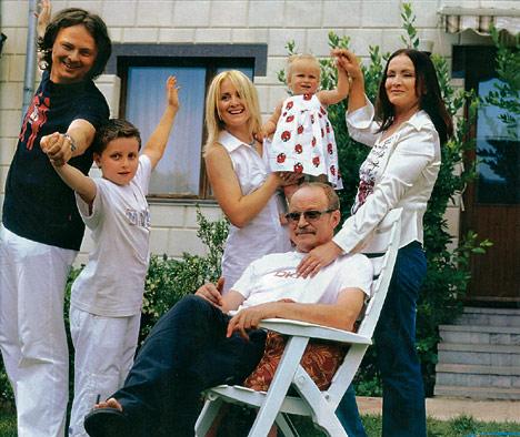 София Ротару с покойным мужем Анатолием, сыном Русланом, невесткой Светланой и внуками Толиком и Соней