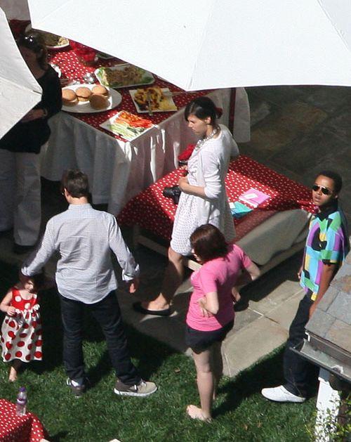 Вечеринка в честь дня рождения Сури на заднем дворе особняка Крузов в Беверли-Хилз. Главные действующие лица: Сури (в платье в горошек), Том Круз (в клетчатой рубашке), Кэти Холмс (в белом платье), приемная дочь Тома Изабелла (в розовой футболке) и приемный сын Коннор (в цветной рубашке). Из угощения на столе – спагетти и куча гамбургеров.