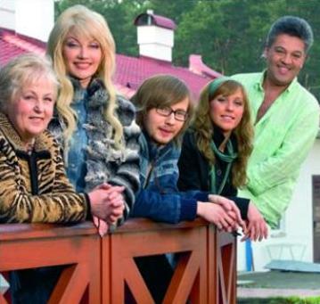 Вся семья в сборе: мама Таисии Повалий, сама певица, сын Денис с девушкой, Игорь Лихута