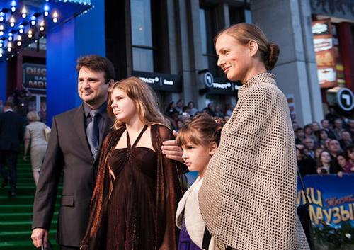 Тимур Кизяков с супругой Еленой и детьми