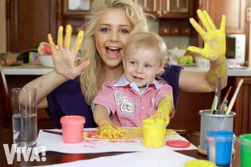 Тина Кароль с сыном Вениамином в своем загородном доме