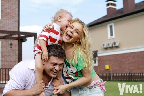 Тина Кароль с мужем Евгением Огиром и сыном Вениамином в своем загородном доме