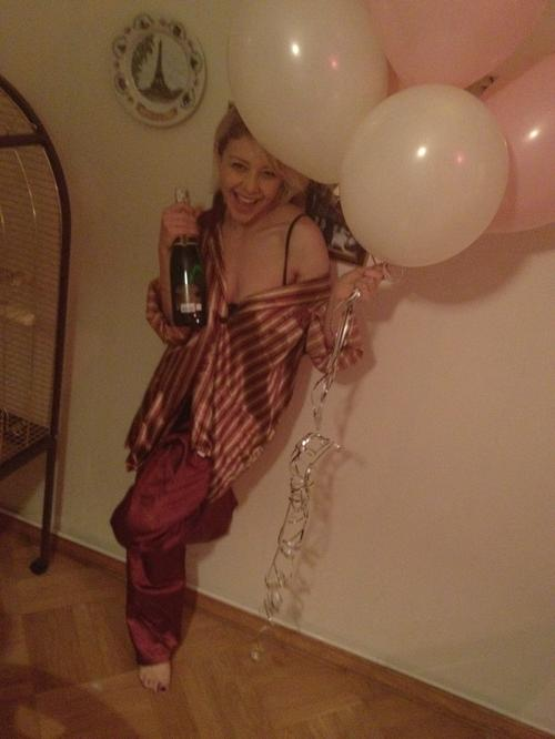 Фото из Twitter Тины Кароль, которое она выложила сегодня в 7.30 утра в той самой пижаме, в которой она отправится вечером на пижамную вечеринку в честь своего дня рождения