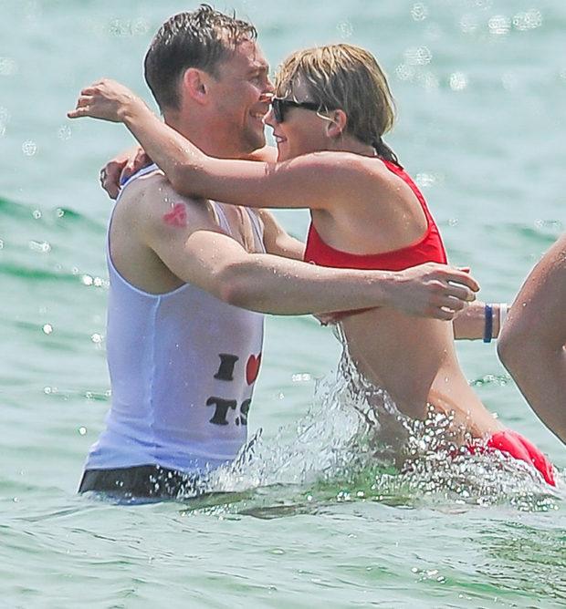 Том Хиддлстон в футболке «Я люблю Тейлор Свифт»