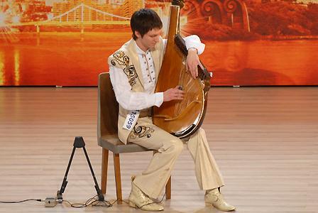 25-летний Валентин Лысенко. Номер на шоу: играет на бандуре