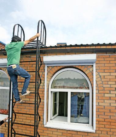 Валид не боится высоты и каждый день поднимается по лестнице на ломаную крышу
