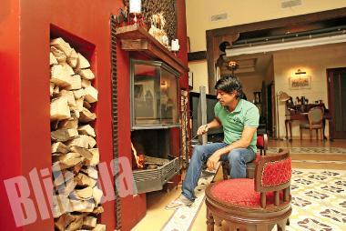 Гостиная оформлена в восточном стиле, и даже пол устлан плиткой из Ливана – ей более ста лет