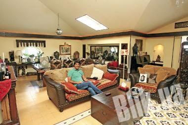 По всей гостиной размещены уютные диванчики с множеством колоритных подушечек