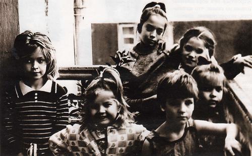 Вера Брежнева (слева), ее сестры - Вика (рядом с ней), Галя (в центре наверху), Настя (крайняя справа) и подружки