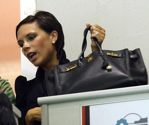 Очень редко Виктория Бэкхем ходит с сумочками других марок