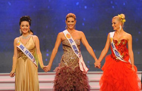 """Американская модель (по центру) завоевала третье место на конкурсе """"Миссис мира 2009"""""""