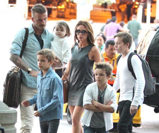 Виктория Бекхэм и Дэвид Бекхэм с детьми