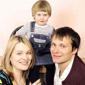 Виктория Толстоганова с мужем Андреем Кузичевым и дочерью Варварой