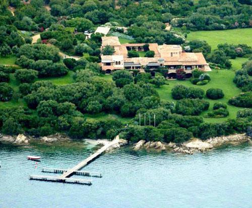 Знаменитая вилла Чертоза (Villa Certosa), которую хочет продать Сильвио Берлускони