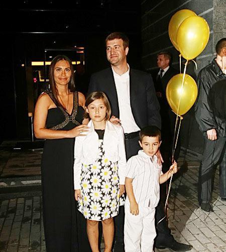 Виталина Ющенко с Алексеем Хахлевым и детьми
