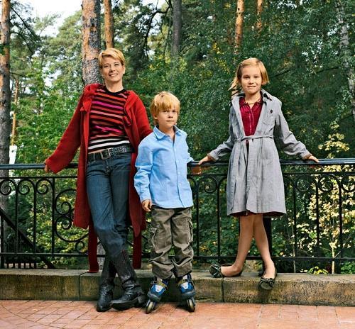 Юлия Высоцкая со своими детьми