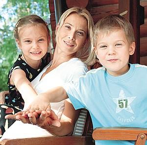 Юлия Высоцкая с детьми