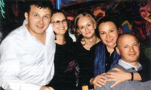 Юрий и Людмила в кругу самых близких друзей (Алла и Дима - справа). С Ирой Билык он крестил их ребенка.