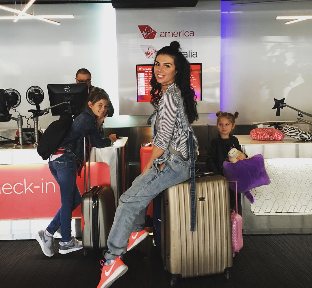 Анна Седокова в аэропорту