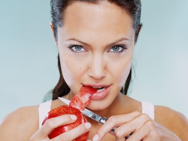 Джоли режет фрукт