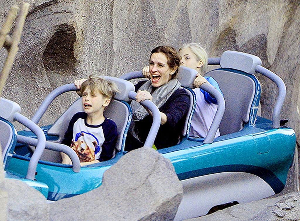 Джулия Робертс с детьми на атракционах