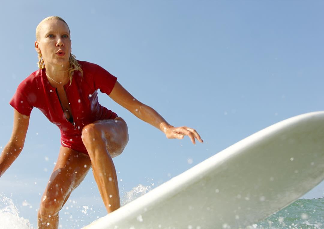 Елена Летучая занимается сёрфингом