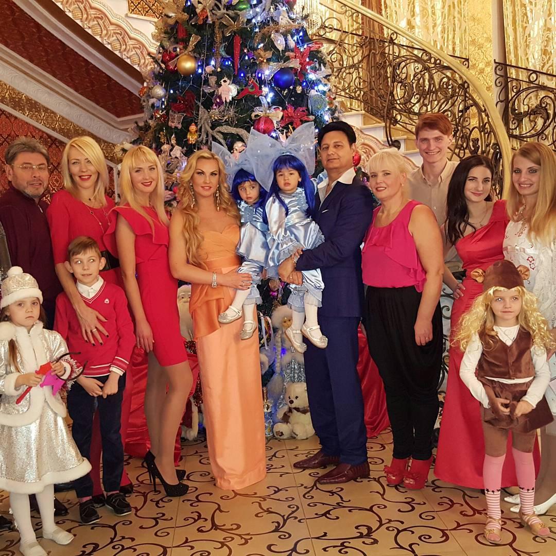 Камалия с дочками и мужем
