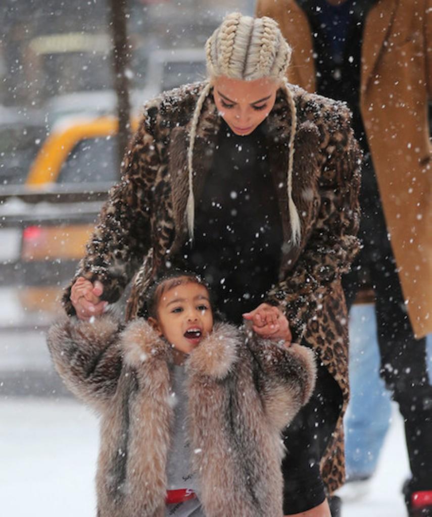 Ким Кардашьян с дочерью на катке