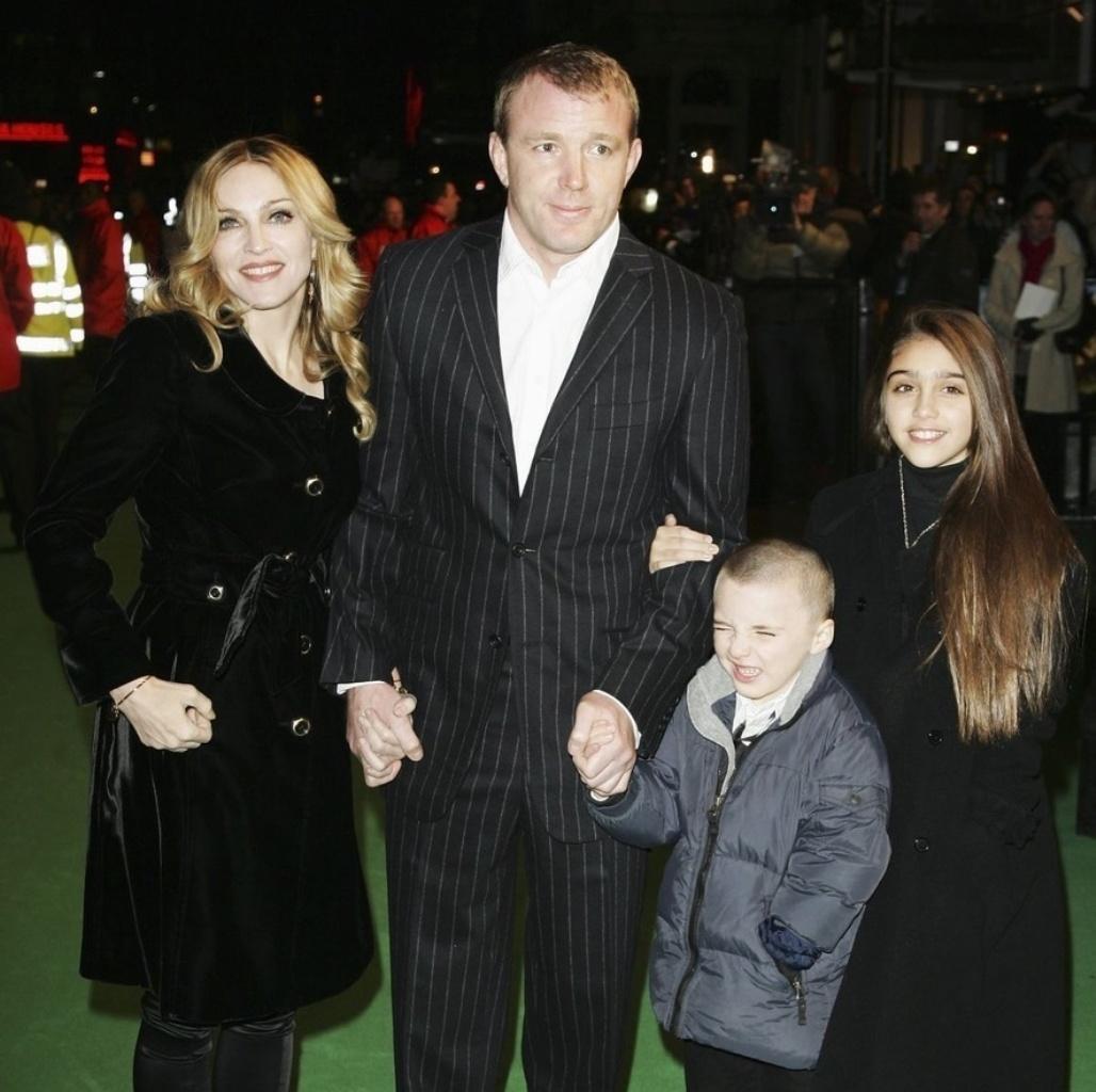 Мадонна с семьёй