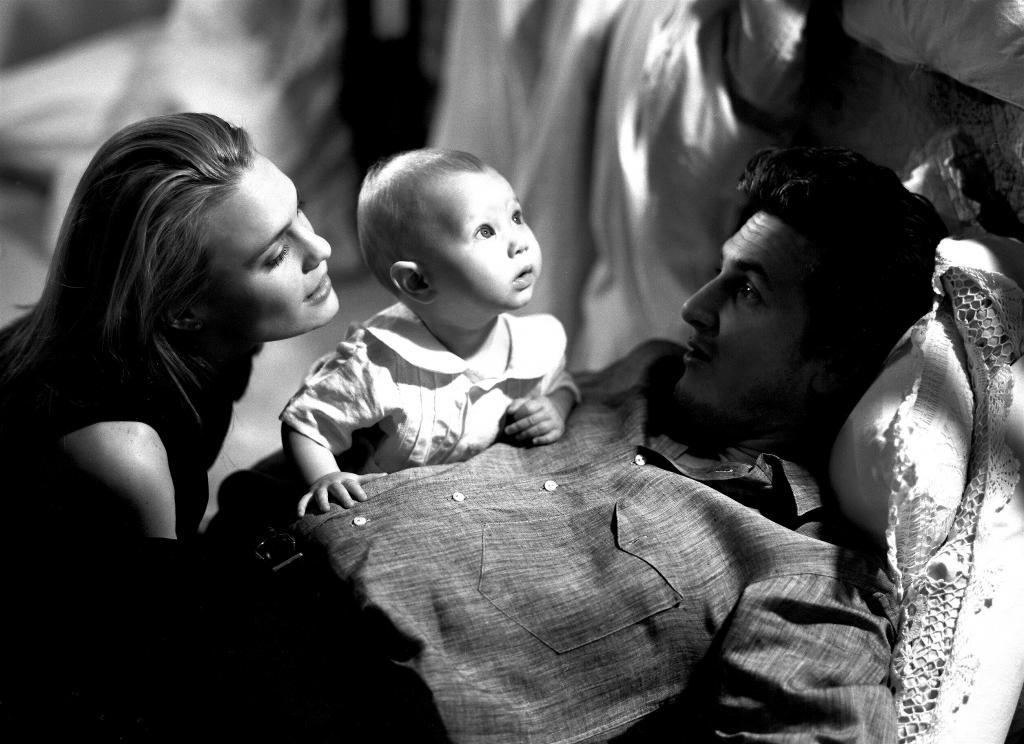 Робин Райт и Шон Пенн с маленькой дочерью Дилан
