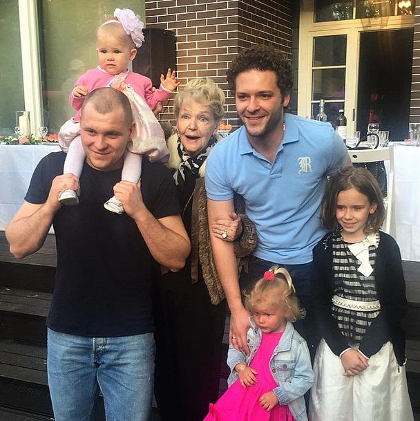 Сергей с дочерьми Марго и Верой, братом Константином Крюковым и племянницей Юлией, а также бабушкой Ириной Скобцевой