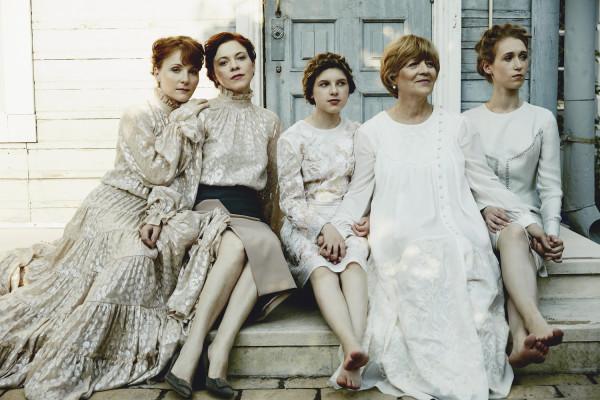 Слева-направо: Полина, Злата, дочь Златы — Марфа, Надежда Николаевна и ещё одна Надежда — дочь Полины